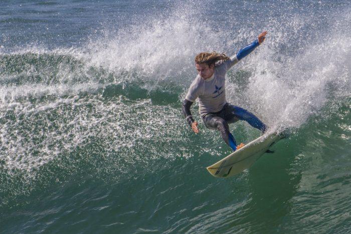Surfeur sur vague à Belle-Île en mer